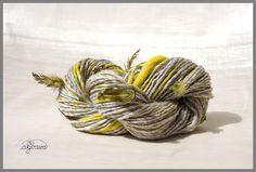 handspun pheasant feather yarn handgesponnenes Garn mit Fasanenfedern