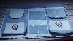Feito com muito carinho, é uma maravilhosa peça que compõe o enxoval do bebê. Excelente para quem tem pouco espaço. Bem estruturado, pronto para facilitar a vida da mamãe, mantendo ao alcance das mãos tudo que é necessário para troca de fraldas do bebê. <br>Composto de 2 bolsões porta-fraldas e 3 bolsos porta-trecos, para uso em varão. <br>Obs: Bordados computadorizados com iniciais do bebê. <br>Tecido 100% algodão: Tricoline ou fustão.