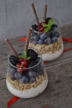 Desert la pahar cu musli si fructe No Cook Desserts, Acai Bowl, Deserts, Breakfast Ideas, Cooking, Recipes, Food, Diet, Acai Berry Bowl