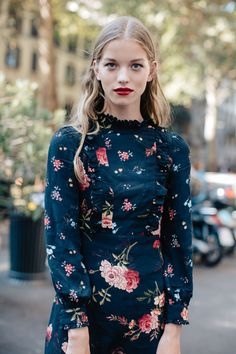 Street style à la Fashion Week printemps-été 2017 de Milan bouche rouge robe à fleurs liberty