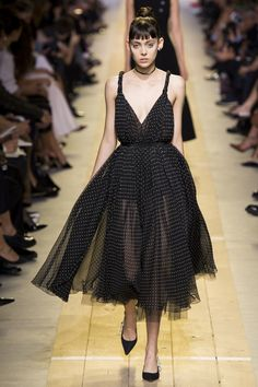 See all the Collection photos from Christian Dior Spring/Summer 2017 Ready-To-Wear now on British Vogue Dior Fashion, Fashion Mode, Fashion 2017, Runway Fashion, Fashion Show, Fashion Design, Paris Fashion, Dress Fashion, Looks Chic