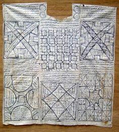 * Tunique à écritures talismaniques apparentes