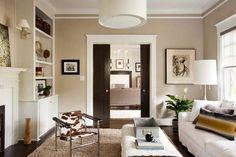 peinture murale couleur sable pour le salon avec un canapé droit et table basse rectangulaire