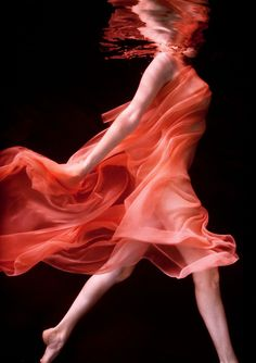Howard Schatz - These Howard Schatz photos focus on the elegance of graceful dancers as they twist and twirl underwater. Photographer Howard Schatz is no newcomer. White Photography, Amazing Photography, Fashion Photography, Photography Ideas, Movement Photography, Artistic Photography, Photography Women, Beauty Photography, Street Photography