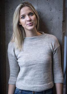 <p>Fin lille kort bluse med dobbelt stå krave og 3/4 ærmer. Smuk bluse til kvinden.</p>  <p>Denne smukke bluse med de små