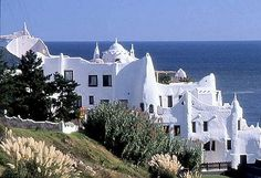Casapueblo - Punta del este - Uruguay My next vacay? Places To See, Places Ive Been, Cities, Old Churches, Vacation Spots, South America, Summer Time, Beautiful Places, Mansions
