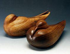 Único en su género Este es uno de una especie escultura de un anidamiento Par está esculpido en madera de nogal.Victoria Parsons Sculptures