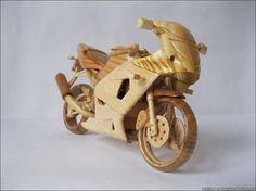 Vyacheslav Voronovich de Lviv, Ucrania, tiene un hobby muy inusual: construye mini copias de madera de motos reales en una escala de 1:12. T...