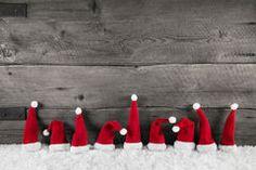 sfondo di Natale in legno con cappelli rosso santa per festa fr Immagini Stock
