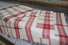 Notre choix s'est arrêté sur ce bel échantillon de tissus qui a inspiré le montage de linge à vaisselle le patron .... je vo... Picnic Blanket, Outdoor Blanket, Weaving Projects, Tea Towels, Woven Fabric, Hand Weaving, Montage, Spin, Knitting