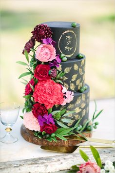 Black and gold wedding cake with sugar flowers by Cake by T Bakes, photography by Momento Cativo