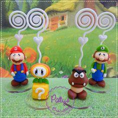 Porta recados do jogo Super Mario Bros: Mario, Luigi, Goomba e Flor de Fogo. Também faço outros itens e personagens, consulte! <br> <br>Produto sob encomenda. Valor unitário. <br>Material: biscuit; base acrílica transparente; espiral plástica para recados. Altura aproximada: 4cm + espiral. <br> <br>Antes de encomendar, não esqueça de conferir as políticas da loja (http://www.elo7.com.br/patysbiscuit/politicas ), e de entrar em contato para consultar disponibilidade na agenda!