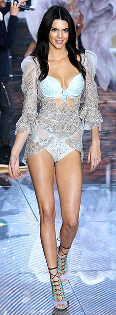 daa17f6a15ec Kendall Jenner in the 2015 Victoria s Secret Fashion Show Victoria Secret  Melekleri