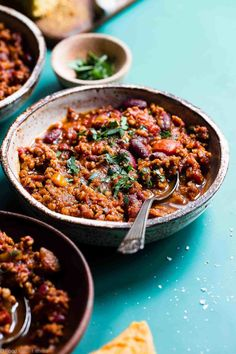 Instant Pot Meatless Vegan Chili – You will NEVER believe that this is a vegetarian chili recipe! It's a healthy, gluten free weeknight meal that is ready in only 30 minutes! Even meat-eaters are going to LOVE this recipe! Steak Chili Recipe, Chili Recipes, Soup Recipes, Potato Recipes, Baking Recipes, Healthy Breakfast Recipes For Weight Loss, High Protein Vegetarian Recipes, Healthy Recipes, Easy Recipes