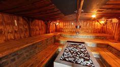 In de prachtige tuin van Elysium ligt deze ruime sauna in de duinenrij verscholen, de Duinsauna. Het feit dat de sauna zich onder het duin bevindt, geeft de ruimte een speciale sfeer. De vlammen van de haard verwarmen de ruimte en zijn rustgevend om te zien. De sauna heeft een temperatuur van ca. 80°C.