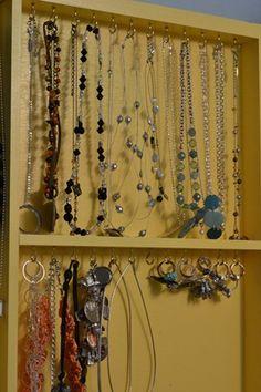 Organizador de Bijouterias - usar ganchinhos para pendurar os colares