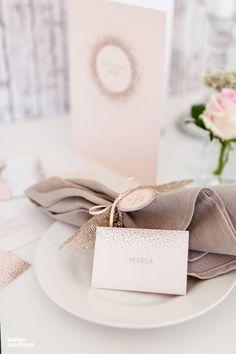 Tischdekoration wirkt besonders edel, die mit glänzenden goldenen Highlights spielt, in Kombination mit Apricot und strukturiertem Leinenservietten.