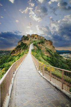 Caminando hacia la montaña.Ciudad de Bagnoregio en Italia.