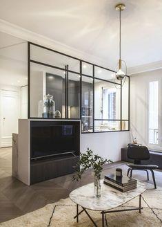 Les architectes d'intérieur, Julien Ensarguet, Richard Guilbault et Pierre Petit associés au sein de l'Atelier DAAA, réalisent de nombreux et beaux projets dans la capitale. Celui-ci es…