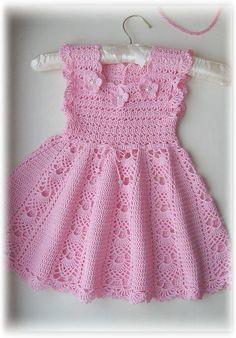 Vestido em crochê com saia rodada, acinturado e com apliques de flores