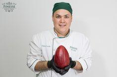 Chef Fábio Corrêa apresentando o Ovo Diamante Vermelho.. Chocolate Belga e casca recheada com ganache de frutas vermelhas!