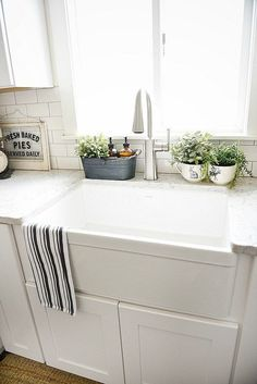 Beautiful Farmhouse sink pros & cons – A MUST read before getting a farmhouse sink! The post Farmhouse sink pros & cons – A MUST read before getting a farmhouse sink!… appeared first on Home Decor . Kitchen Sink Decor, Kitchen Sink Window, Kitchen Ikea, Best Kitchen Sinks, Farmhouse Sink Kitchen, Country Kitchen, Country Farmhouse, Rustic Kitchen, Country Decor