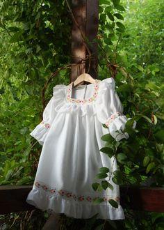 * Rochita este realizata dintr-o panza usoara din bumbac 100 %, poate fi lucrata pentru orice marime, cu broderiile preferate. Preturi: Rochita bebe 275 lei, Rochita fetita 375 lei, Rochita dama 57… Girls Dresses, Flower Girl Dresses, White Dress, Wedding Dresses, Orice, Folk, Fashion, Dressmaking, Bebe