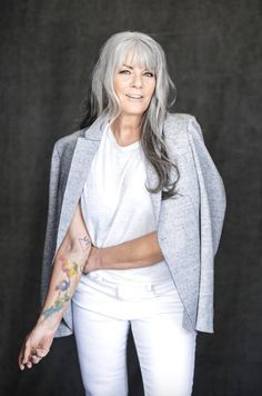 The stylish Mel Brady, naturally. Long Gray Hair, Silver Grey Hair, White Hair, Stylish Older Women, Older Women Long Hair, Coiffure Hair, Beautiful Old Woman, Drop Dead Gorgeous, Ageless Beauty
