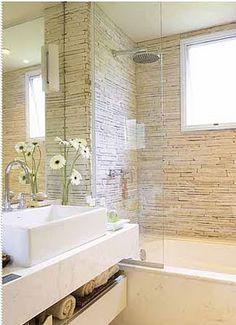 banheiro com as paredes do boxe revestidas de canjiquinha de pedras São Tomé