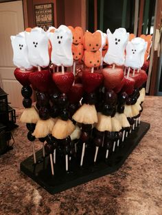 Halloween Fruit Kabobs Halloween Fruit, Hallowen Food, Halloween Appetizers, Halloween Goodies, Halloween Desserts, Halloween Food For Party, Halloween Birthday, Holidays Halloween, Baby Halloween