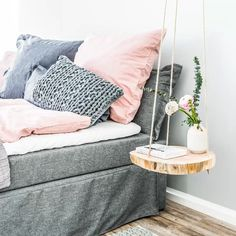 DIY hanging table: for more wood in the hut Home Decor Hacks, Home Goods Decor, Decor Ideas, Hanging Table, Diy Hanging, Unique Bedside Tables, Diy Zimmer, Diy Tumblr, Concept Home