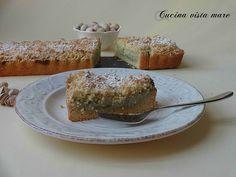 La sbriciolata al pistacchio con la sua consistenza friabile e croccante e il morbido ripieno di ricotta e crema al pistacchio è perfetta come dessert!