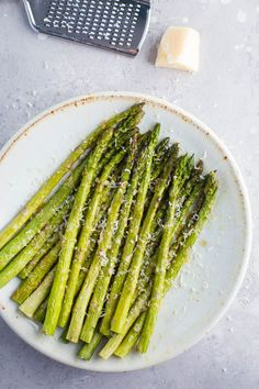 This Parmesan Baked Asparagus recipe is a quick and easy side dish that's perfect for dinner. You can't go wrong with cheesy asparagus! Esparagus Recipes, Side Dish Recipes, Cooking Recipes, Healthy Recipes, Sunday Recipes, Potato Recipes, Healthy Eats, Crockpot Recipes, Vegetarian Recipes