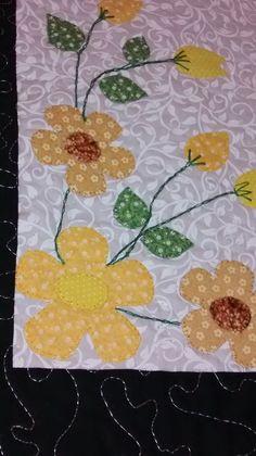 Caminho de mesa em patchwork. Tecido 100% algodão, estruturada com manta resinada, quiltada, com apliques cores a escolha do cliente.