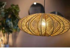 Deze topper heeft een ideaal formaat om in elke woning opgehangen te worden. Je hebt niet noodzakelijk hoge plafonds nodig om deze lamp een plaats te geven. Dankzij zijn minder hoog formaat hang je de lamp makkelijk boven een eettafel. De mooie natuurlijke kleur geeft deze edgy lamp karakter. Van etnische tot moderne interieurs. Deze lamp past zich aan en blend ongetwijfeld met de rest van jouw interieuritems. Lightning, Table Lamp, Ceiling Lights, Pendant, Nature, Home Decor, House, Boho, Interior