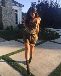 Kylie Jenner slayin as always. Khaki/ Olivie pointy heels, silk dress.