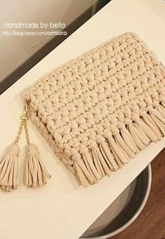 This Pin was discovered by Нат Crochet Clutch Bags, Crotchet Bags, Crochet Handbags, Crochet Purses, Knitted Bags, Crochet Cushions, Crochet Yarn, Yarn Bag, Crochet Shell Stitch