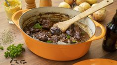 Stoofvlees - een heerlijk draadjesvlees recept op grootmoeders wijze Pot Roast, Slow Cooker, Ethnic Recipes, Food, Braised Beef, Meat, Dish, Tomatoes, Carne Asada