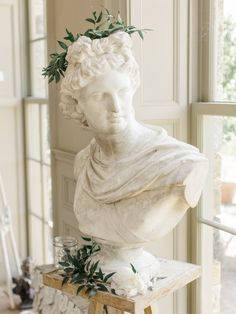 Old-world art inspires the season's most sensational winter floral designs, as in this holiday-themed bust. Aesthetic Photo, Aesthetic Art, Aesthetic Pictures, Sculpture Art, Sculptures, Fair Photography, Art Hoe, Looks Vintage, Vintage Style