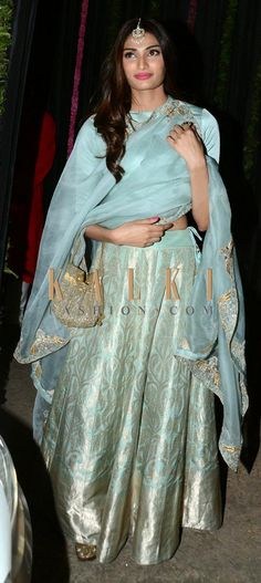 Must have Bollywood style! Find a style match to the celebrity look of your… Lehenga Designs, Kurta Designs, Blouse Designs, Pakistani Dresses, Indian Dresses, Indian Outfits, Indian Attire, Indian Ethnic Wear, Traditional Fashion