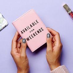 Passholder Weekends fra @shopbando Superfin passholder i rosa skinnimitasjon. #gjørnoenglad #tingbutikkene #gavetips #bando Passport