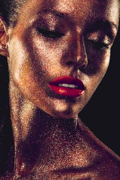 Glitzer-Make-up für Funkelmariechen Too much glitter? With this all-over make-up you are the queen at every carnival party. Beauty Photography, Artistic Fashion Photography, Glitter Photography, Portrait Photography, Photography Ideas, Glitter Fotografie, Kreative Portraits, Glitter Face, Glitter Gif