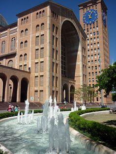Fonte nos jardins em frente à face norte (voltada para o centro da cidade) do Santuário Nacional de Aparecida. Foto: Viagens de Fé