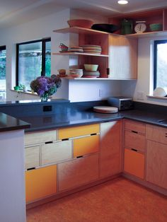 If you are looking for a way to build an affordable, eco-friendly and sustainable kitchen, plywood is one of the most affordable materials that you can use for DIY projects, and especially for building your own kitchen cabinets. Kitchen Living, Diy Kitchen, Kitchen Interior, Kitchen Cabinets, Kitchen Modern, Plywood Kitchen, Cuisines Design, Plywood Furniture, Cool Kitchens