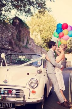 風船とクラシックな車 結婚式 アウトドア