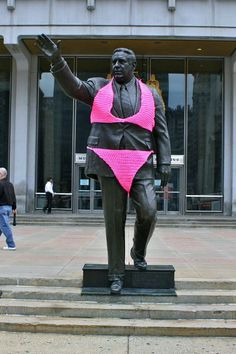 Yarn bombing of a Mayor Rizzo statue creates unusual public art. Image © Conrad Benner/Streetsdept