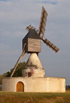 Bléré's windmill, Indre-et-Loire, France Beautiful Buildings, Beautiful Places, Old Windmills, Sites Touristiques, Ville France, Water Mill, Voyage Europe, Light Of The World, French Countryside