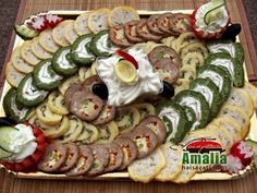 Aperitive reci - idei de platouri aperitive Party Finger Foods, Charcuterie, Food Design, Catering, Buffet, Food And Drink, Easter, Drink, Kitchens