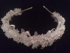 Diadema blanca y rosa con piedras de strass