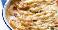 Uma dica é polvilhar com queijo parmesão e deixar grazinar. A receita de falsa lasanha de batata com carne moída rende oito porções. Leia mais Receita de batata surpresa recheada Receita de salmão com purê de batatas Receita de escondidinho invertido Ingredientes • 1 kg de carne moída • 2 kg de batata • a